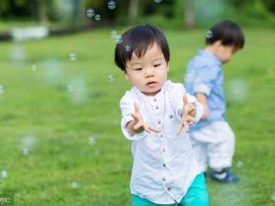 幼儿园运动会孩子装饰 孩子看到身边的爸爸突然搂住不放