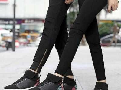 黑色运动鞋怎么搭 纯黑色的鞋子怎么搭配衣服