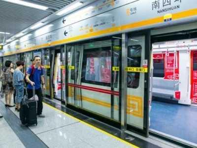 北京外籍男子 外籍男子北京地铁堵住车门等朋友上车